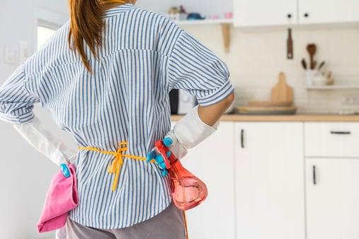 young_woman_kitchen-AdobeStock_197758685